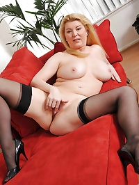 Hot mom Venice Knight loosens up after work by pleasuring..