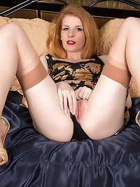 Irish milf Nicole Hart is on the prowl for a good time...