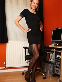 Stunning Samantha shows off her lovely legs as she plays..