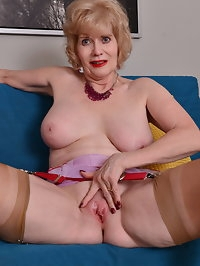 This American mature lady loves playing with her wet pussy