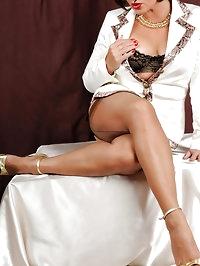 BBW in golden heels