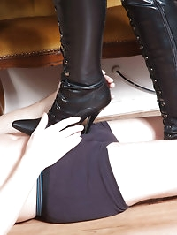 This curvy slut in leather has a gimp to worship her