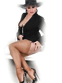 Amanda dazzles in black